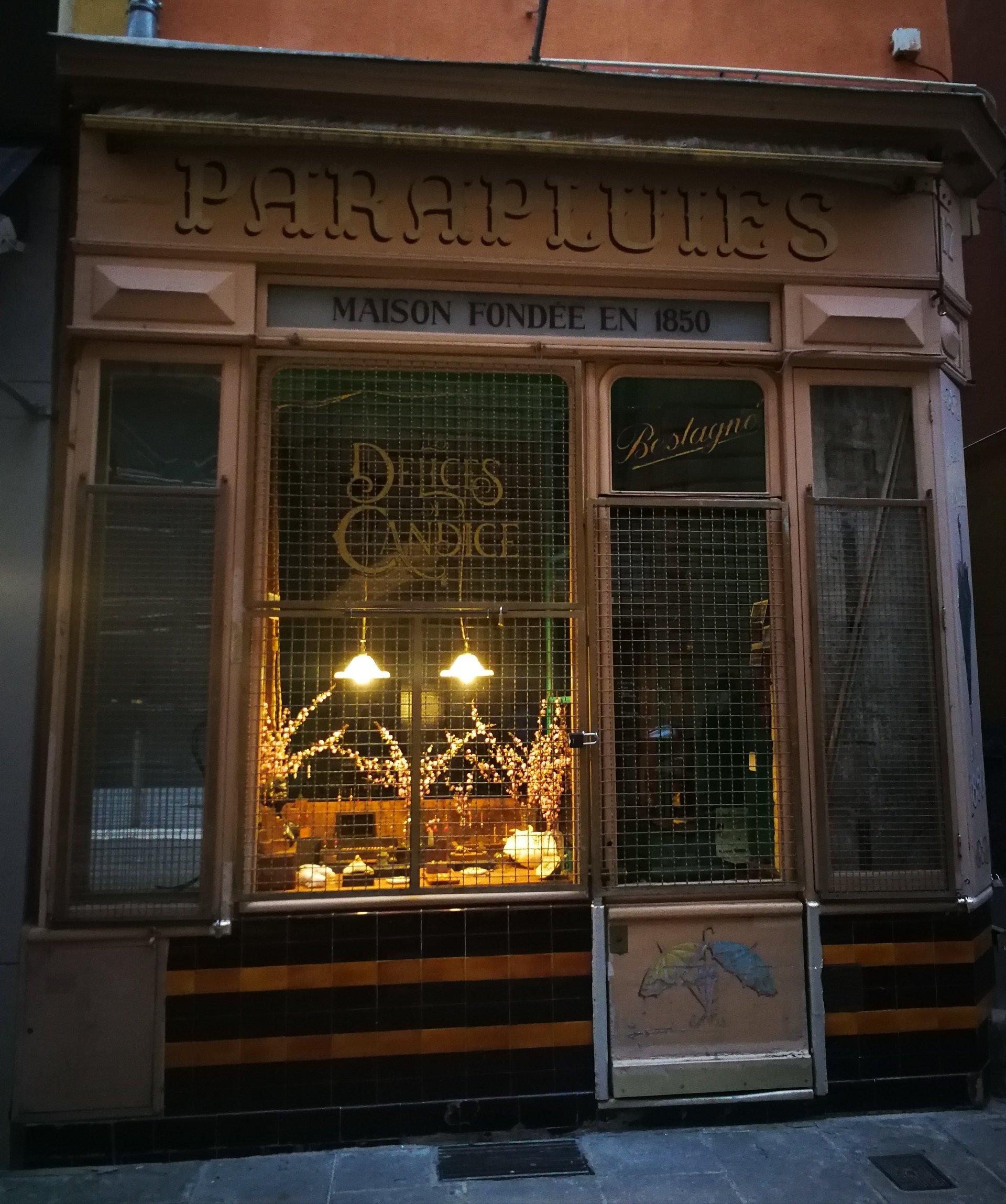 f07f6eb0f7 NIZZA Dal recente viaggio in Costa Azzurra , oggi vi faccio conoscere un  piccolo negozio che ho scoperto una sera, passeggiando per le vie della  città.